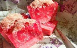 Розовое мыло из основы с люфой